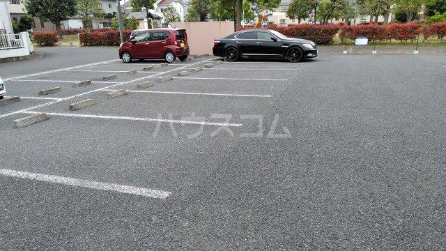 カルネドール 101号室の駐車場