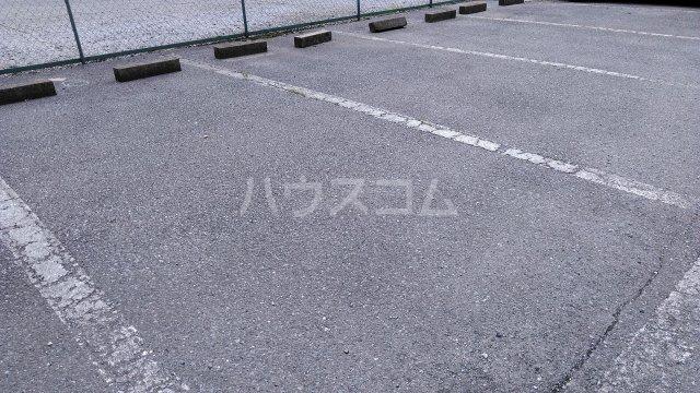 ハニーゴールド 105号室の駐車場