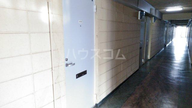 ゼロジーブロック 210号室の玄関