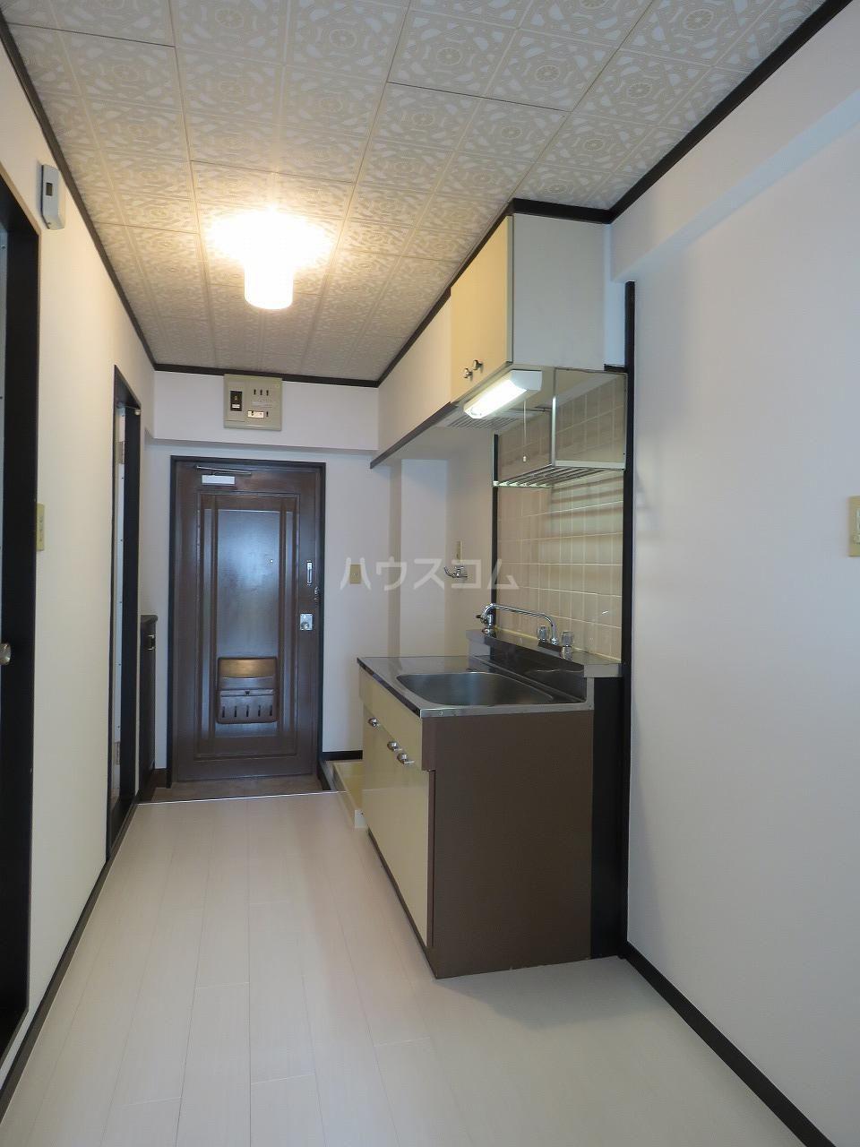 メゾン・ド・藤 202号室の玄関