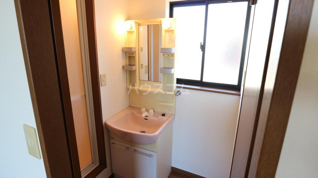 シャレル下蓮K 33号室の洗面所