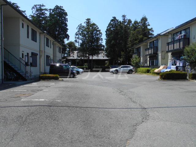 ヴィラ八幡A 202号室の駐車場