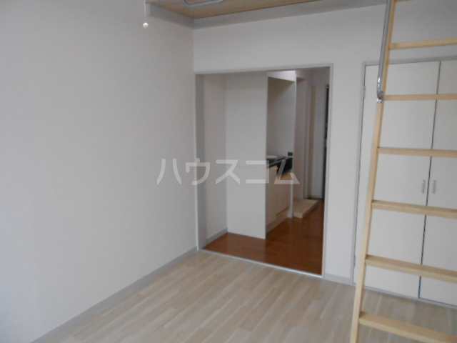 ピュア戸塚 203号室のリビング