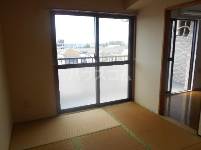 メゾンカワベ 401号室の居室