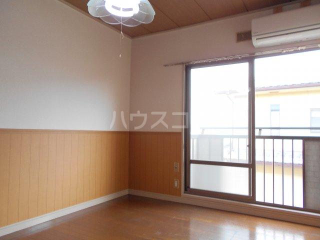 パナハイツヤマキA 202号室のリビング