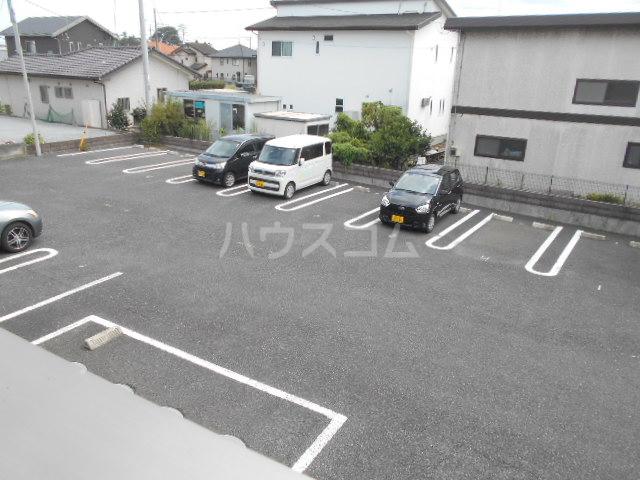 パーシモンヒルズB 201号室の駐車場