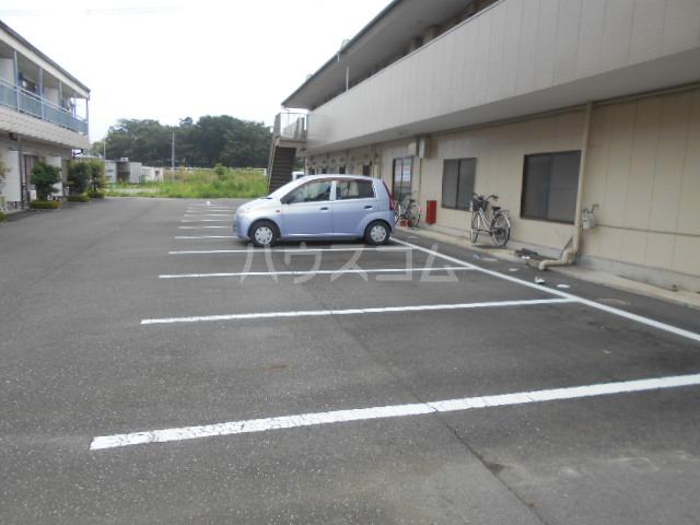早川グリーンハイツ 301号室の駐車場