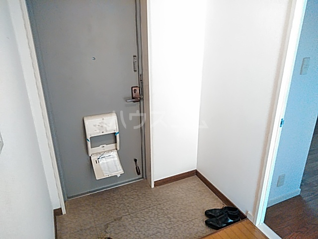 ファミール若園 303号室の玄関