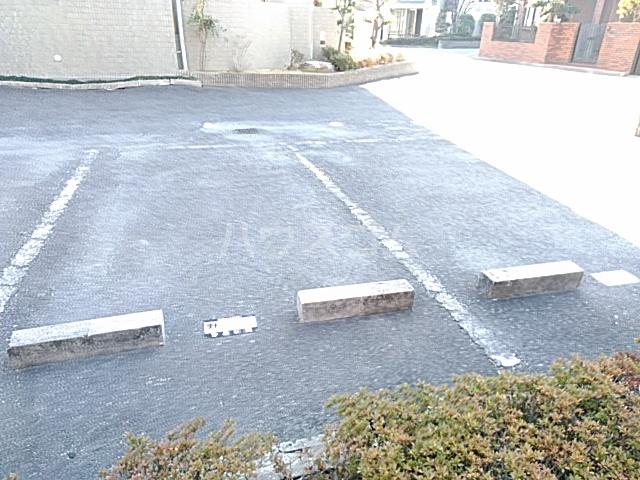 ファミール若園 303号室の駐車場
