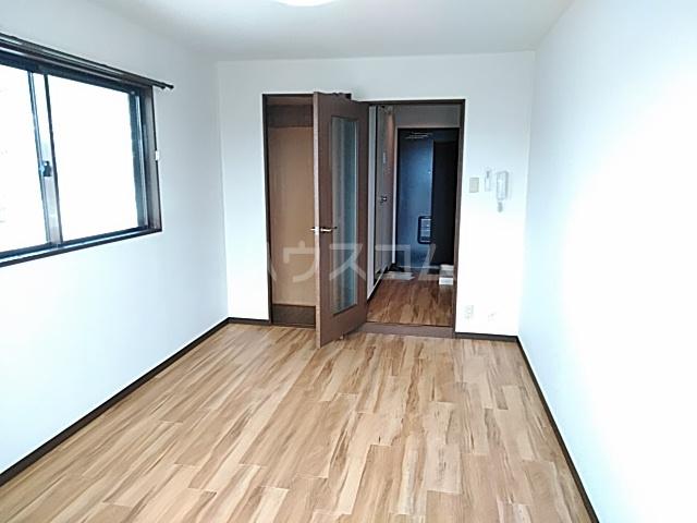 リバティハイツ 303号室のリビング