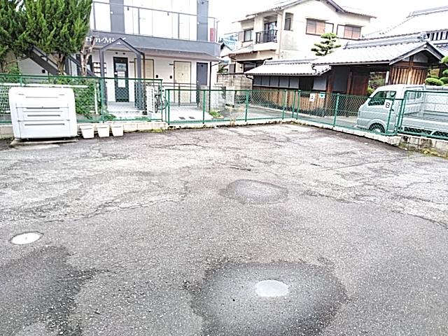 サンシャトー粟生間谷 205号室の駐車場