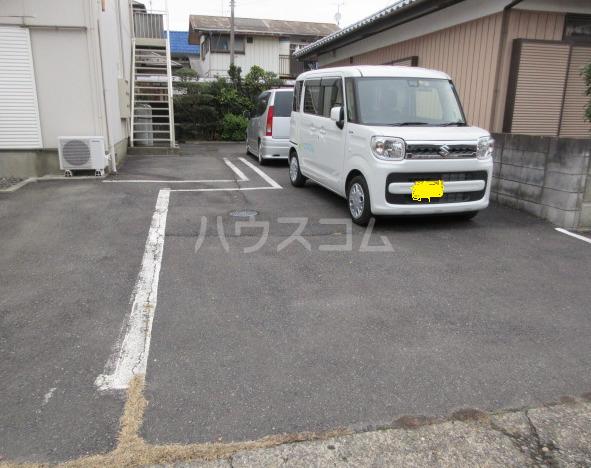 関山アパート 101号室の駐車場
