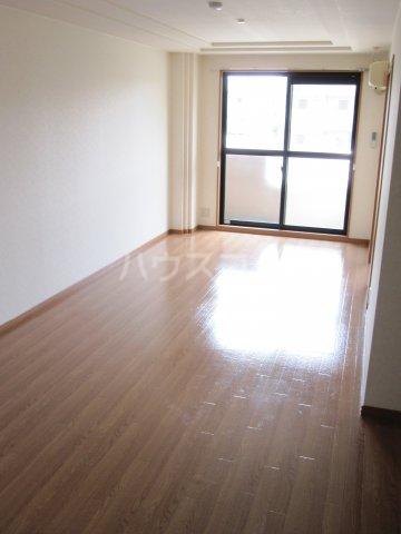 シャーロックホームZU 105号室のリビング