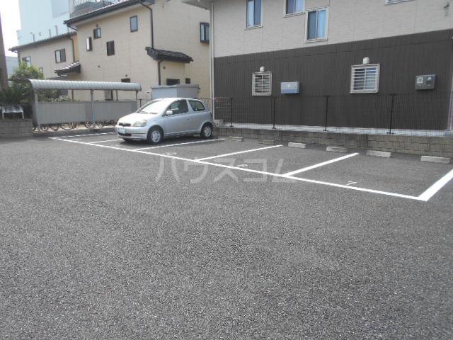 ハッピーオウル 102号室の駐車場