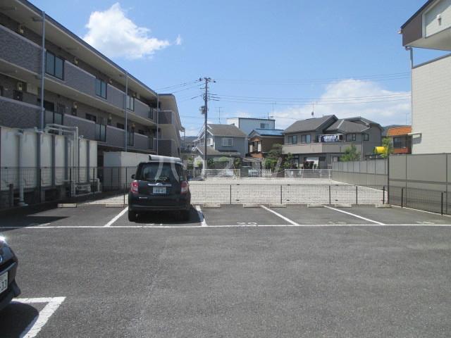 サンプレミール浦和 302号室の駐車場