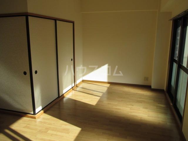 サンプレミール浦和 302号室のリビング