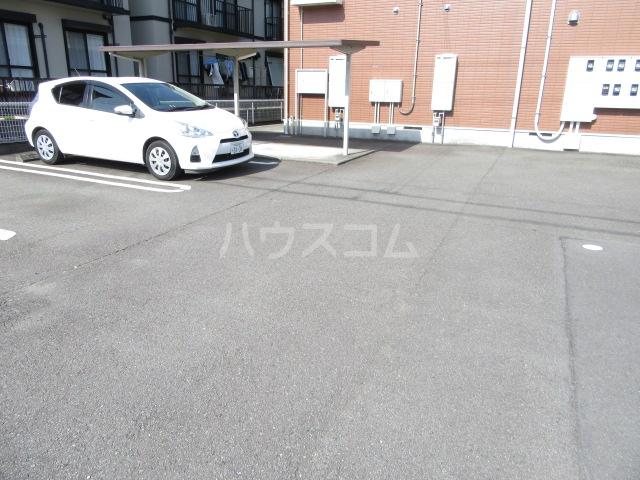 ヴィクトワール 02010号室の駐車場