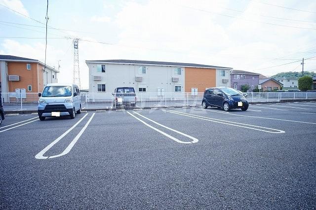 リュミエールレーヴE 01010号室の駐車場