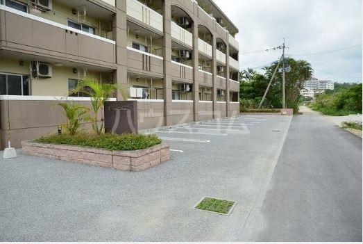 ハーベストウムサ 204号室の駐車場
