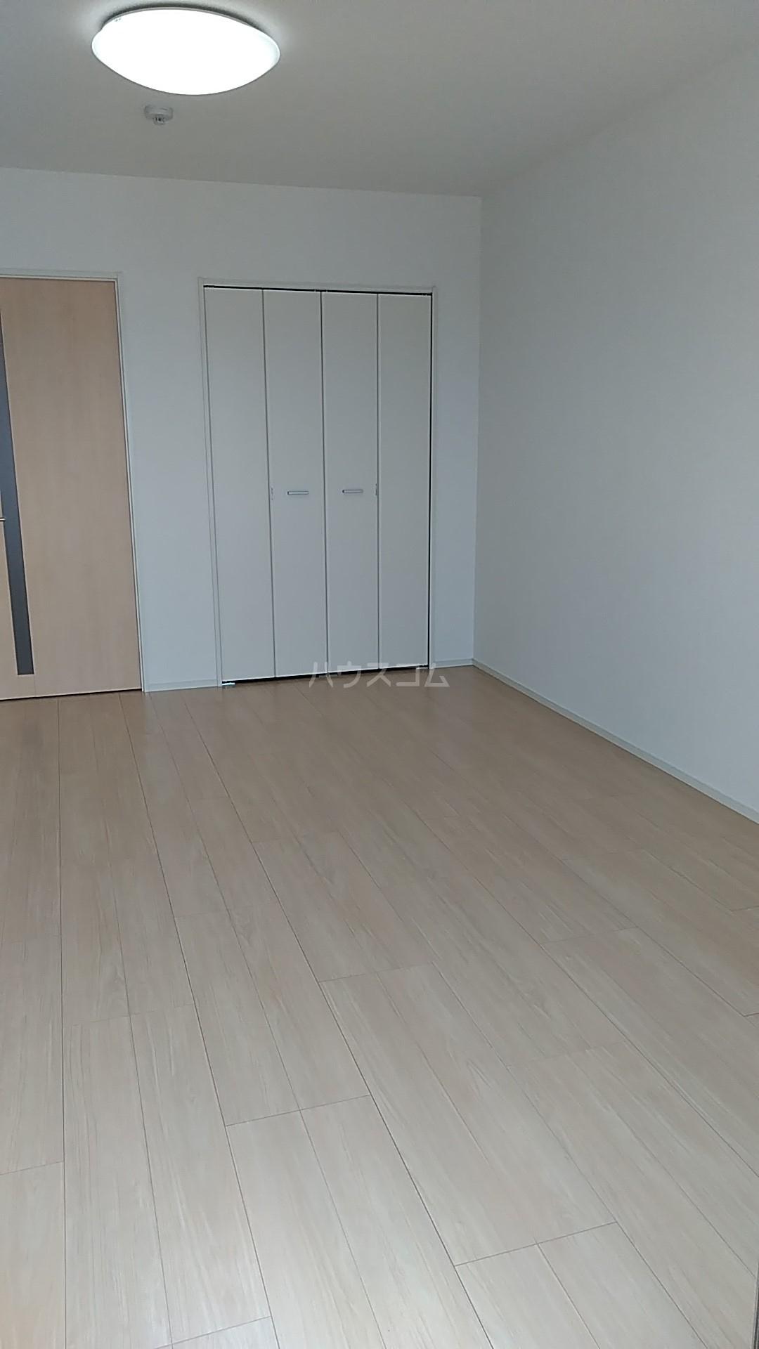 オーシャン レジデンス 202号室の居室
