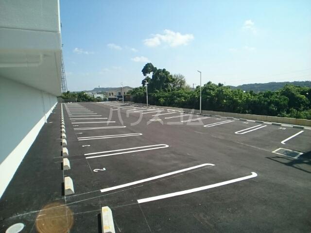 ビッグイースト ワン 203号室の駐車場