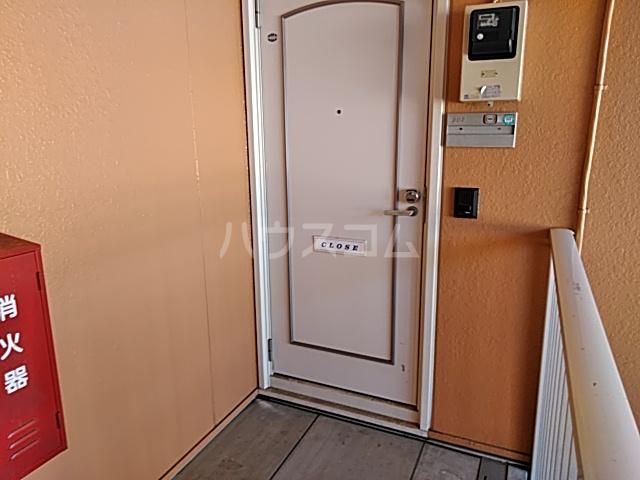 カーサ・アトリオ A棟 202号室のエントランス