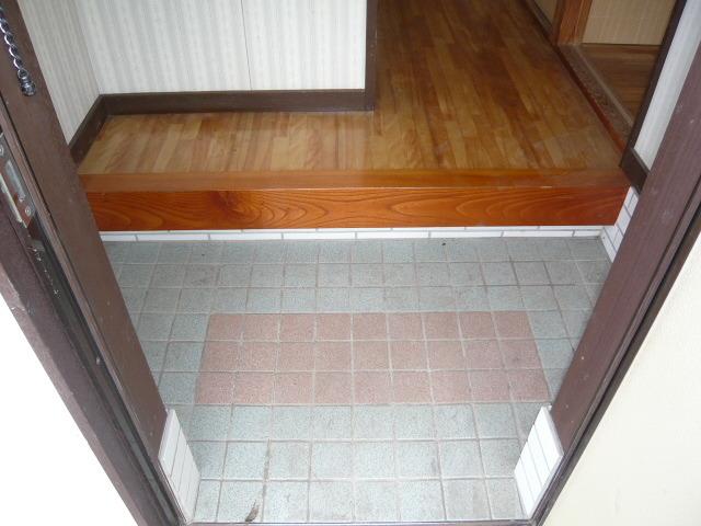 SKアパートメントの玄関