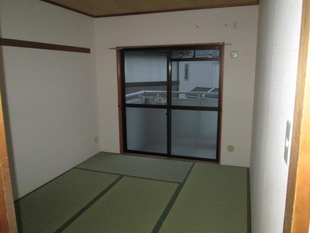 ロイヤル二俣川C棟 304号室のバルコニー