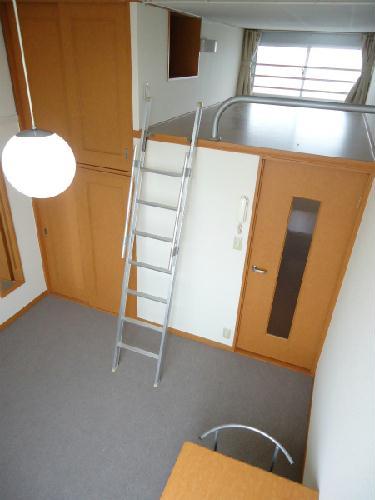 レオパレスTAKAHASHI Homes 203号室のリビング