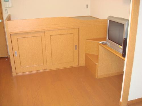 レオパレス葵 102号室のベッドルーム