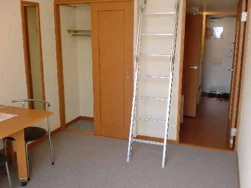 レオパレスKOZAKA8 211号室のリビング