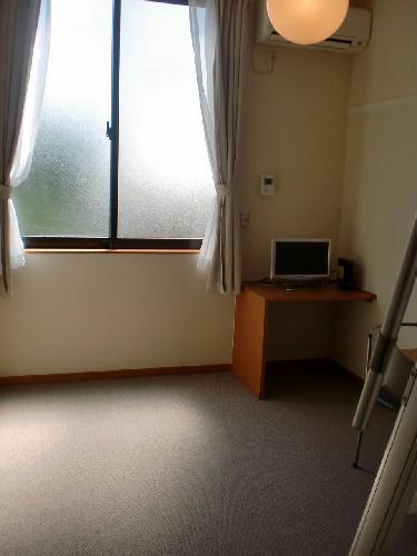 レオパレスKOZAKA8 212号室の居室