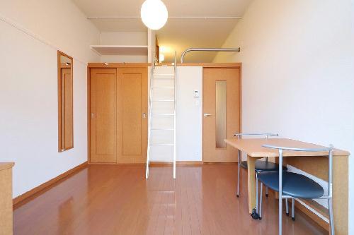 レオパレスアムール 102号室のリビング