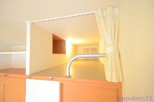 レオパレスKariba 104号室のベッドルーム