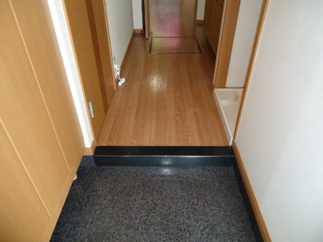 響 00101号室の玄関