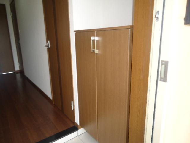 ロイヤル・ガーデン 00101号室の玄関