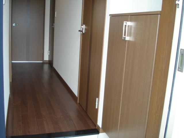 ロイヤル・ガーデン 00101号室のエントランス
