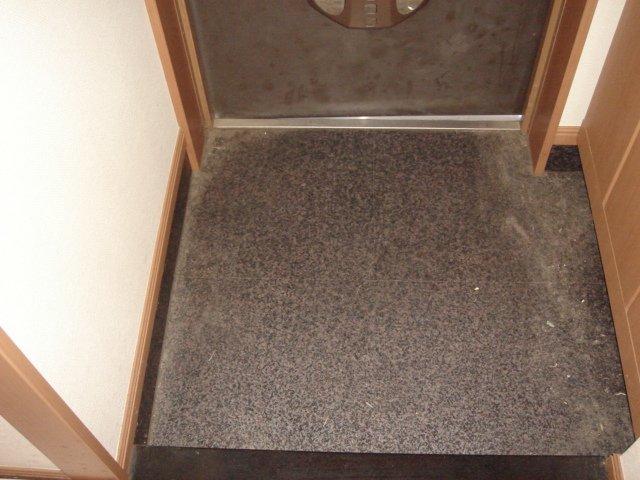 エレガンスⅠ 103号室の玄関