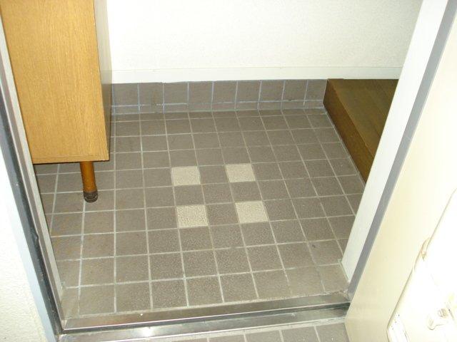 グランチェスタ 00201号室の玄関