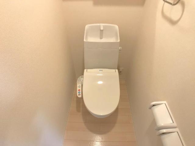 新作新築アパート 101号室のトイレ