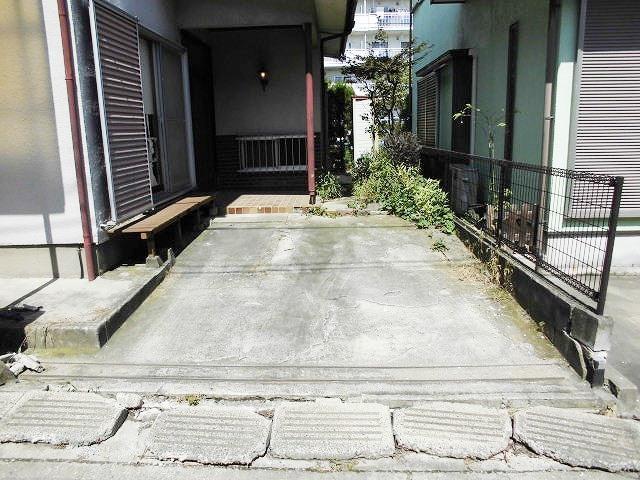 小渕戸建の駐車場