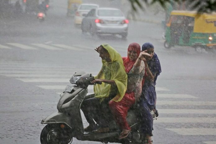 Red alert for heavy rain issued in many districts of UP, threat of celestial lightning