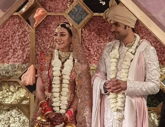 kajal aggarwal weds gautam kitchlu in hotel taja palace first photo after varmala ceremony see here