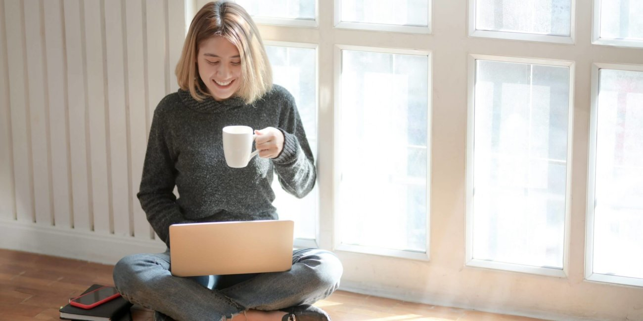 image_-Frau-im-grauen-Pullover-trinkt-Kaffee