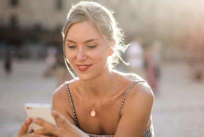 Image_Frau überprüft Smartphone