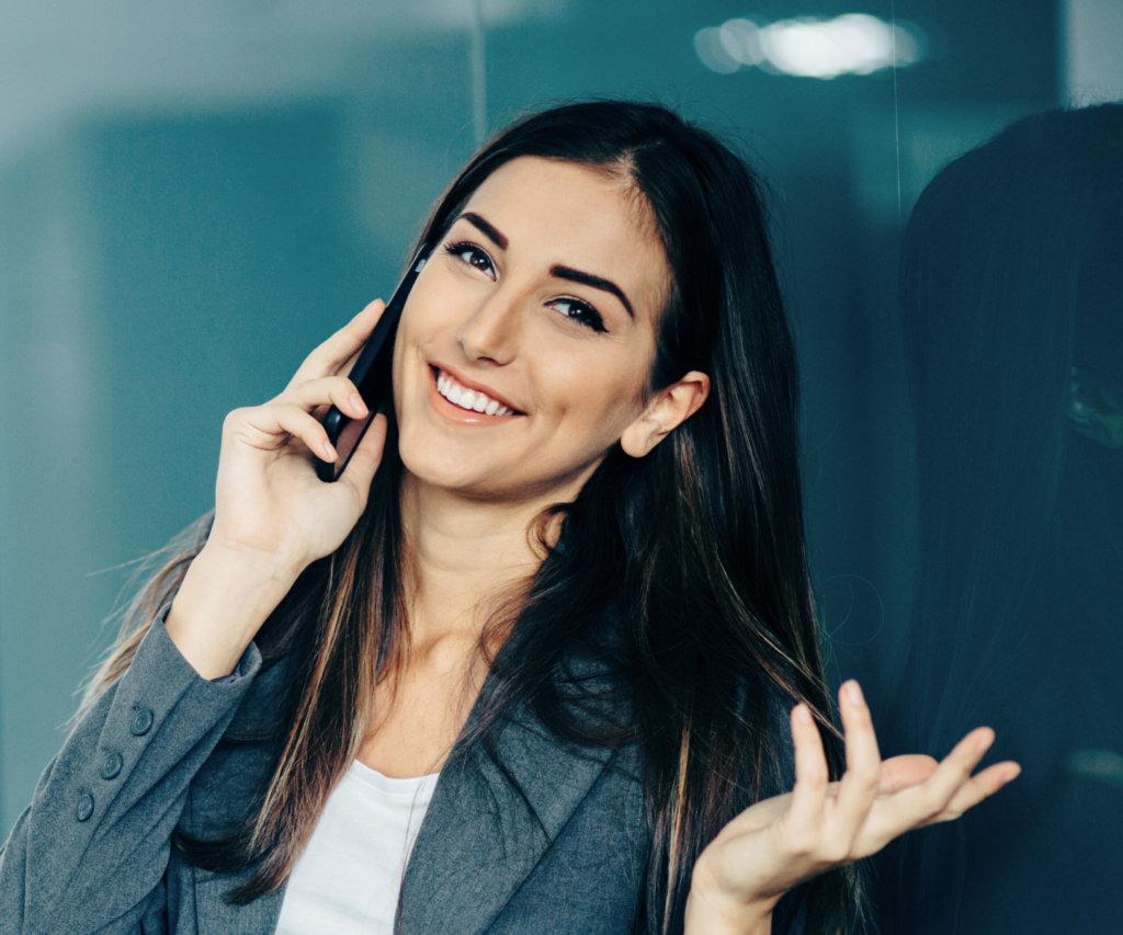 image_Frau spricht am Telefon und lächelt