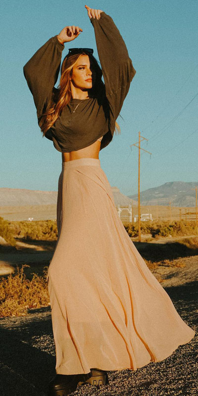 Chiffon maxi skirt in light tan with 23 Summer Vacation Outfits To Make Your Next Trip Stylish