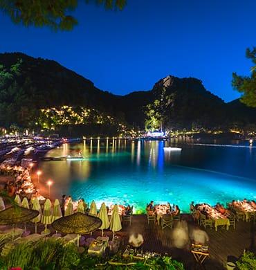 Diner bij kaarslicht met uitzicht over de prachtige blauwe baai