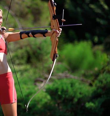 Прицельтесь и - в яблочко на занятиях по стрельбе из лука в Hillside Beach Club.