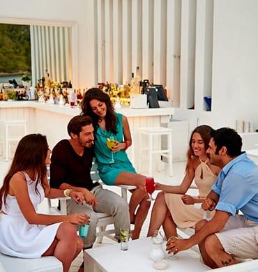 Больше всего мне нравится коротать вечерок с друзьями за бокалом вина после очередного дня в раю.